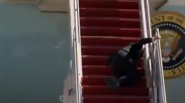 ABD Başkanı Biden, uçağa binerken 3 kez üst üste düştü